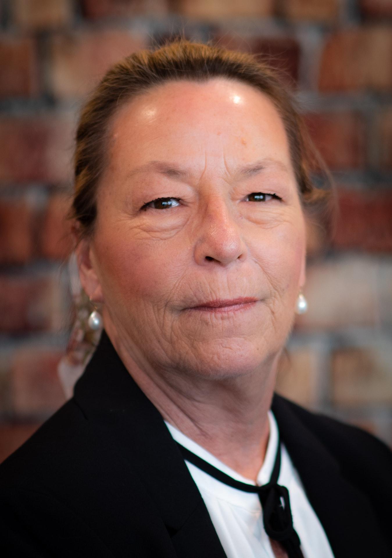 Karen-Knapik headshot